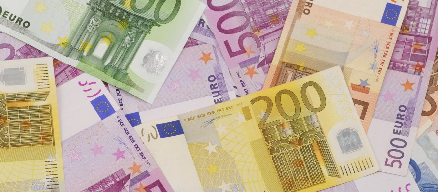 https://blog.de.erste-am.com/wp-content/uploads/sites/9/2015/02/Euro_Banknoten_mittel-890x390.jpg
